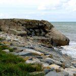 Am Strand noch Überreste der Bunkeranlagen.