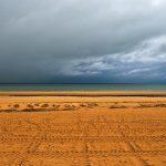 Die Wolken lassen der Sonne gerade so viel Spiel, dass sich der Sand verfärbt. @ Klaus W. Schmidt