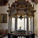 Das Taufbecken in der Eglise Notre Dame de Croaz-Batz in Roscoff.
