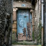 Türe am Ende eines Durchgangs in Morlaix.