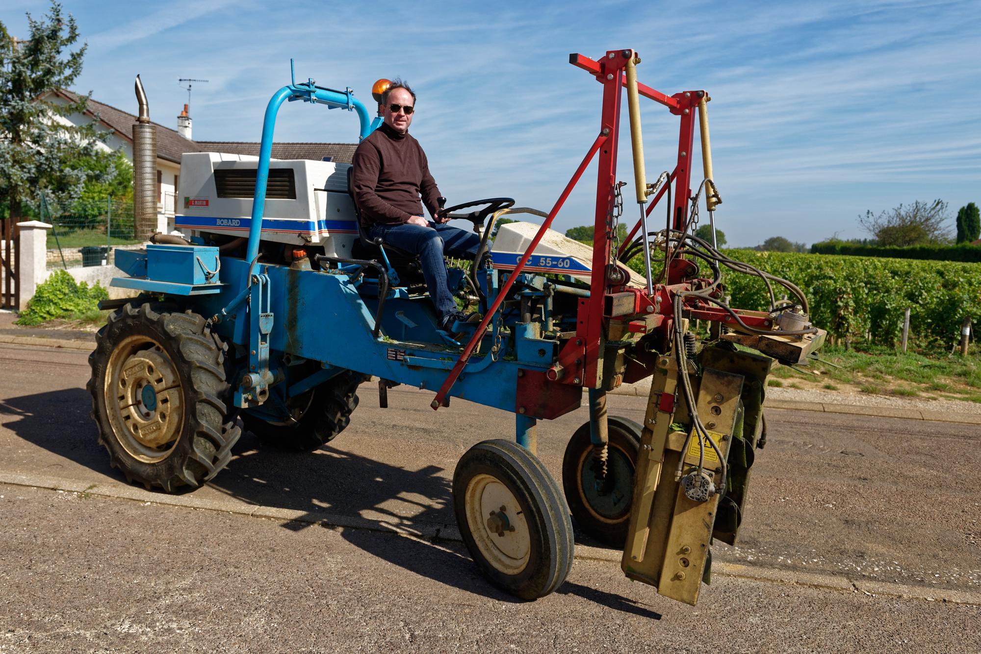 Der Patron, Christophe Bryczek, kommt auf dem Traktor zum Interview