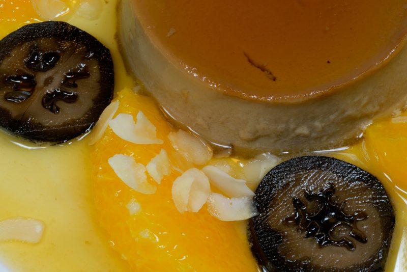 Espresso-Flan mit Orangenfilets und schwarzen Walnüssen