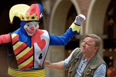 Thiel sieht sich die Clown-Skulptur genau an