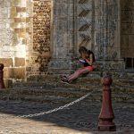 Beschäftigt auf den Stufen der romanisch-gotischen Kathedrale Saint-Julien du Mans