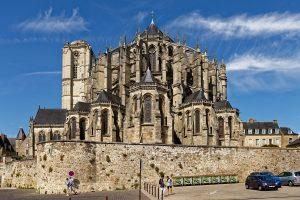 Die romanisch-gotische Kathedrale Saint-Julien du Mans wirkt außerordentlich wuchtig