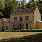 Auf dem Gelände des Hôtel Domaine de Châtenay au Mans, das Seitengebäude