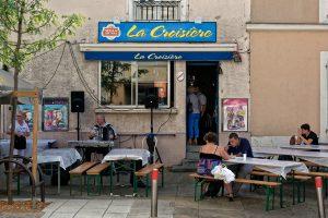 Musik, Getränke und Essen in einer Kneipe mit ausnahmsweiser Außengastronomie
