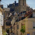 Die Kathedrale Saint-Julien du Mans über die Dächer der Altstadt gesehen