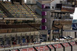 In der Boxengasse wird das Training mit Formel-Doppelsitzern vorbereitet