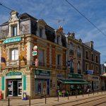 Ein Haus wie eine Litfaßsäule mit Werbung am Ende der Avenue de la Libération