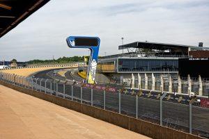 Die erste Kurve auf dem Circuit des 24 Heures du Mans nach Start / Ziel ist eine Rechtskurve bergauf