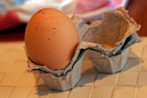 Eierbecher aus Eierverpackung zurechtgeschnitten