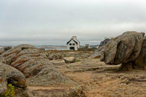 Wie dahingewürfelt stehen die um diese Jahreszeit weitgehend verlassenen Ferienhäuser auf den Felsen herum
