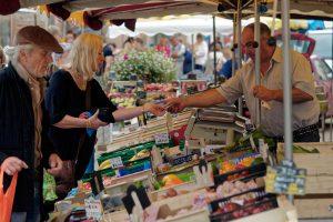 Misstrauisch beobachtet der Händler während des Bezahlens einen Interessenten