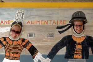 Im Eingang zum 'Océane Alimentaire' das Bigoudenpaar mit Gesichtslöchern