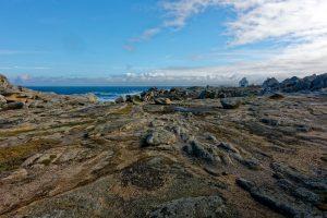 Spaziergang mit Hund auf den Felsen: Gerade hat es noch geregnet, schon klart es wieder auf