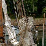 Gereffte Segel eines älteren Segelbootes