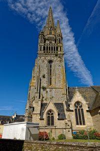 Die Église Saint-Herlé de Ploiré am Place Jean Gouill