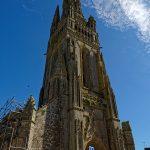 Die Église Saint-Herlé de Ploiré am Place Jean Gouill wird zum Zeitpunkt unseres Aufenthaltes restauriert