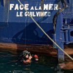 Ein Taucher hat die Aufgabe, einen Schaden an einem Fischtrawler