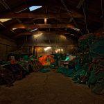 In einem Schuppen in Saint-Guénolé ist Arbeitsmaterial für die Fischerei gelagert