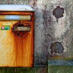 Ein Briefkasten in Saint Guénolé hat Probleme