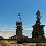 Das Sémaphore und die Skulptur stehen in einer Linie zur Pointe du Raz