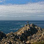Die Felsen der Pointe du Raz erheben sich gezeitenabhängig etwa zweiundsiebzig Meter aus dem Meer