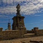 Die Skulptur 'Notre-Dame des Naufrages' steht auf einem Sockel von viereinhalb Metern Höhe