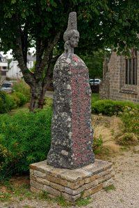 Der Kopf der Bigoudenfrau auf einem stilisierten Menhir ist eine Gedenkstätte für die Résistance.