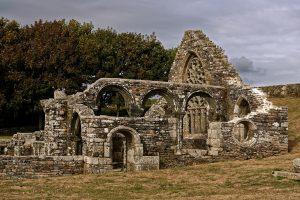 Die Ruine der Chapelle de Languidou, im Stil des des Städtchens Pont Croix erbaut, ein Fachbegriff