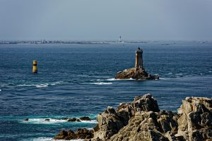 Vom Kap aus der Blick auf die Île de Sein. Das Teleojektiv lässt die Insel ganz nah erscheinen.