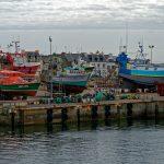 Auf dem Gelände der Werft im Hafen von Le Guilvinec sind Fischtrawler abgestellt