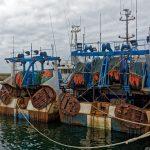 Fischtrawler am Pier des Hafens von Le Guilvinec mit ihren Fanggerätschaften festgemacht