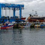 Im Hafen von Le Guilvinec ist es mit Hilfe eines großen Kranes, Fischtrawler wie im Trockendock zu versorgen
