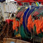 Ausschnitt von Fanggerätschaften am Heck eines Fischtrawlers