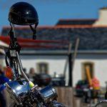 In Kérity haben Biker ihre Maschinen abgestellt, um bei Doris etwas zu trinken