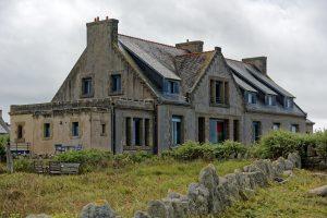 Direkt am Meer gebaut, Wind und Wetter ausgesetzt, leiden die Häuser