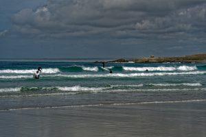 Surfer nutzen die recht ordentlich Brandung am Plage de Pors Carn
