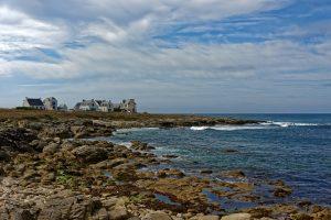 Direkt am Meer auf die Felsen gebaut sind die Häuser Wind und Wetter ausgesetzt