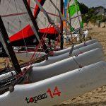 Eine Segelschule am Plage du Cap Coz am Baie de la Forêt hält für die Schüler Katamarane bereit