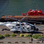 Am Hafen von Brest von oben gesehen ein Hubschrauber und ein Feuerwehrboot