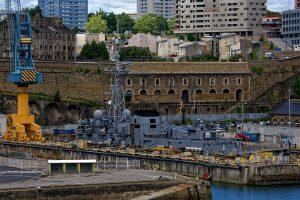 Marineanlagen im Hafen von Brest