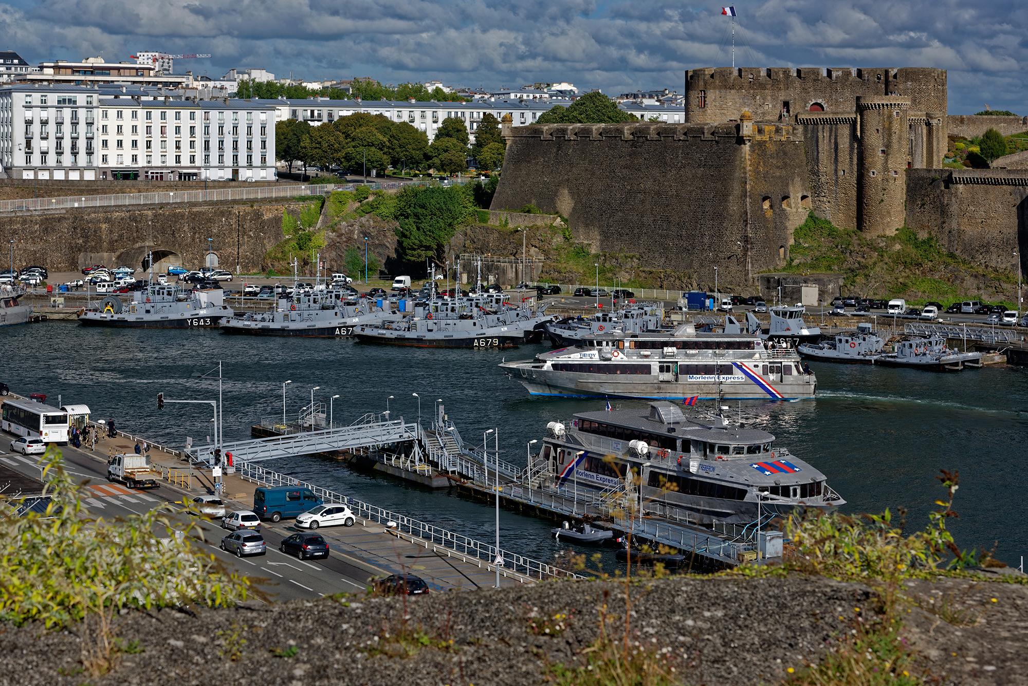 In Brest ein Blick vom Jardin des Explorateurs über den Penfeld auf die Festung von Brest, das heute unter anderem das Musée de la Marine au Château de Brest beherbergt