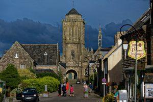 Die Hauptstraße mit der Kirche von Saint-Ronan
