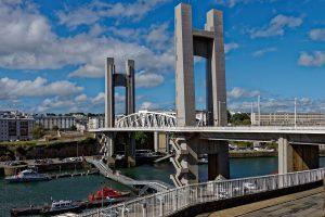 Die mächtige Hubbrücke 'Pont de la Recouvrance' überquert den 'Penfeld'
