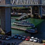Ein Boot der französischen Marine unterquert die Hubbrücke 'Pont de la Recouvrance. Diese befindet sich allerdings in ihrer Basisstellung