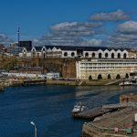 Blick über La Penfeld auf Verwaltungsgebäude der französischen Marine mit Trockendock links daneben