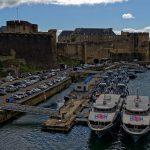 Die Festung, darunter ein Hafenbereich, in welchem Boote der französischen Marine ferstgemacht haben