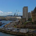 In Brest La Tour Tanguy und Wohngebäude. Im Hafenbecken hinter den Kränen liegt die Base Navale der französischen Marine
